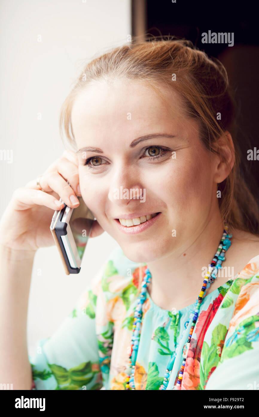 Giovane donna parla al telefono cellulare Immagini Stock