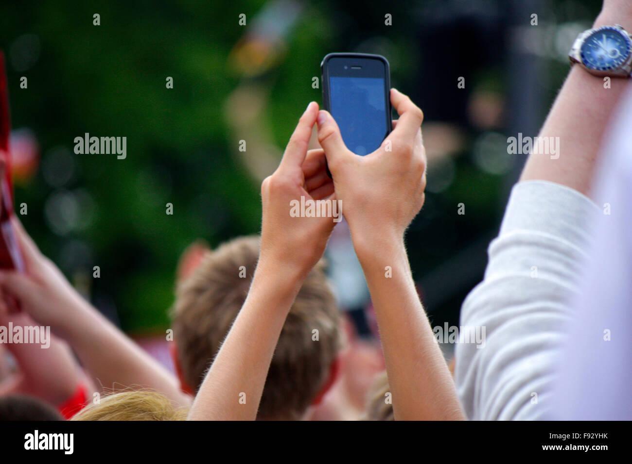 Ventole Handys mit beim Filmen und Fotografieren - Impressionen - Empfang der dt. Fussballnationalmannschaft nach Immagini Stock