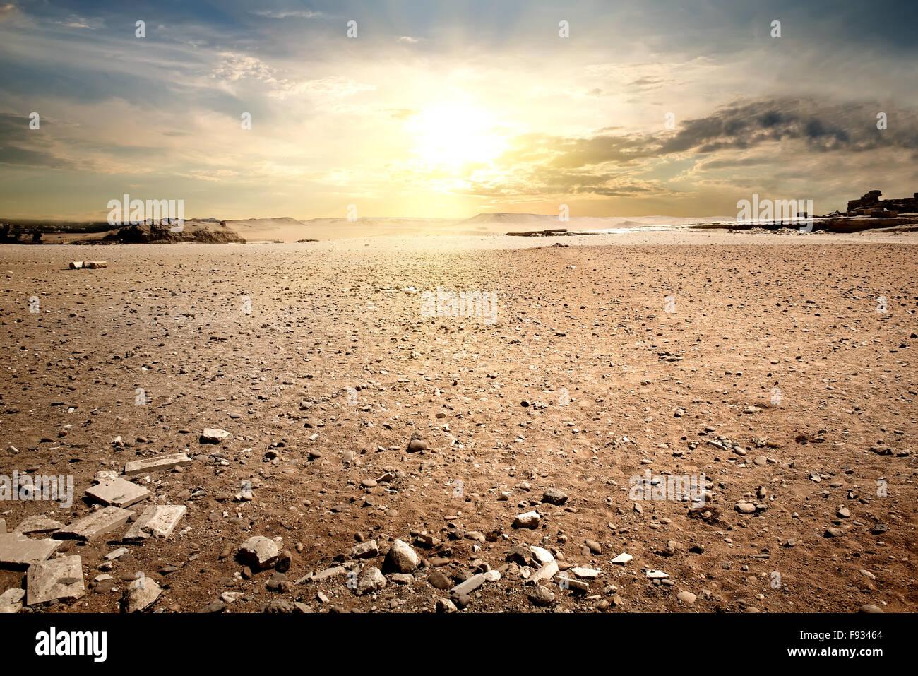 Cielo nuvoloso nel deserto pietroso di Egitto Immagini Stock