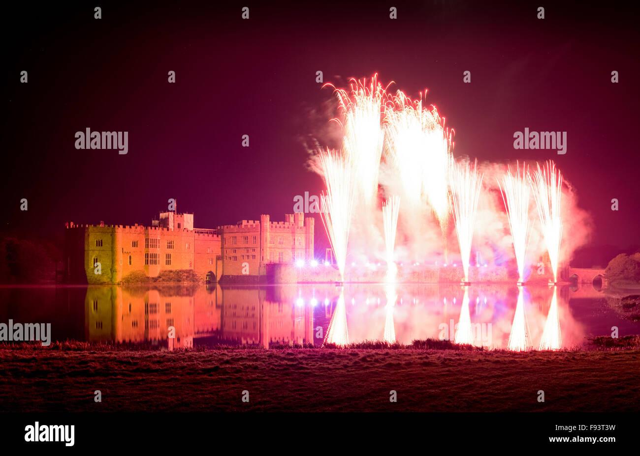 L annuale spettacolo di fuochi d'artificio al Castello di Leeds, Maidstone, Kent, Regno Unito. Immagini Stock