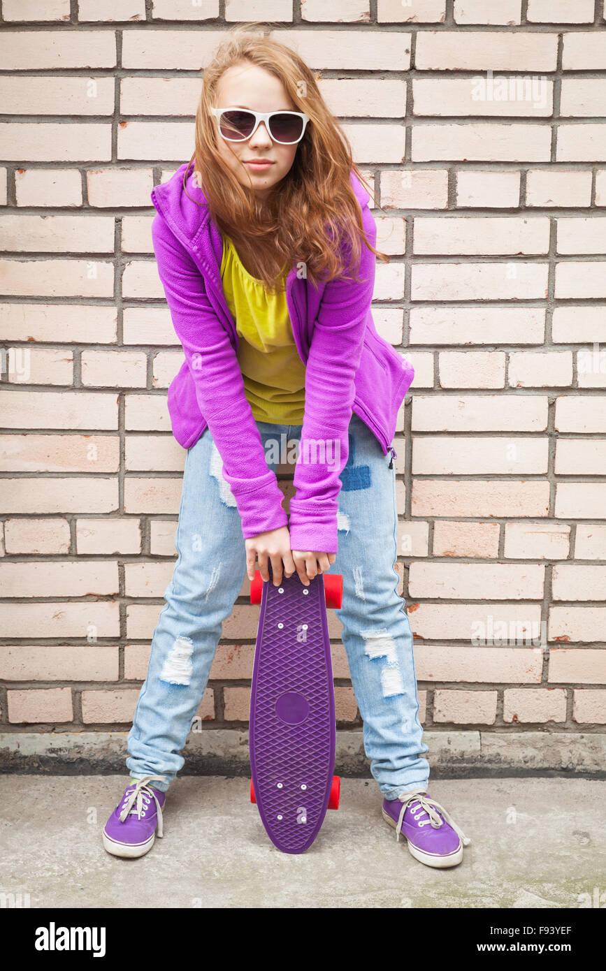 detailed look fa7d4 4757c La bionda ragazza adolescente in jeans, occhiali da sole e i ...