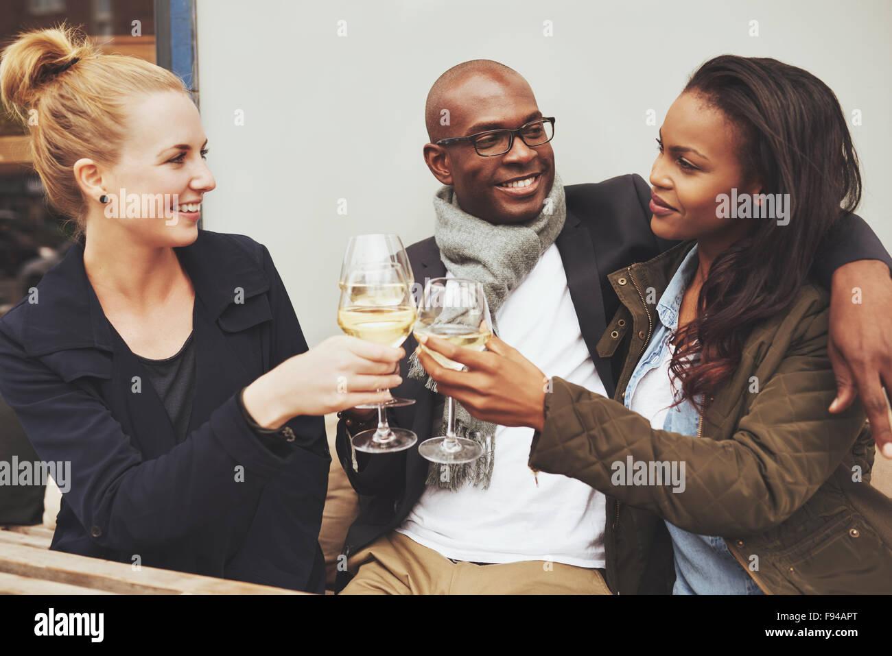 Tre multi etnico amici avente un buon tempo sul caffè Immagini Stock