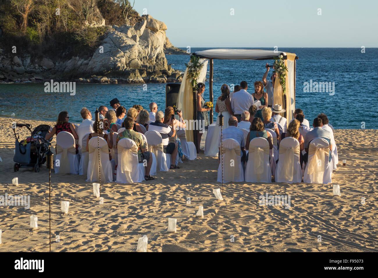 Messico. Oaxaca, Huatulco Tangolunda, matrimonio sulla spiaggia Foto Stock