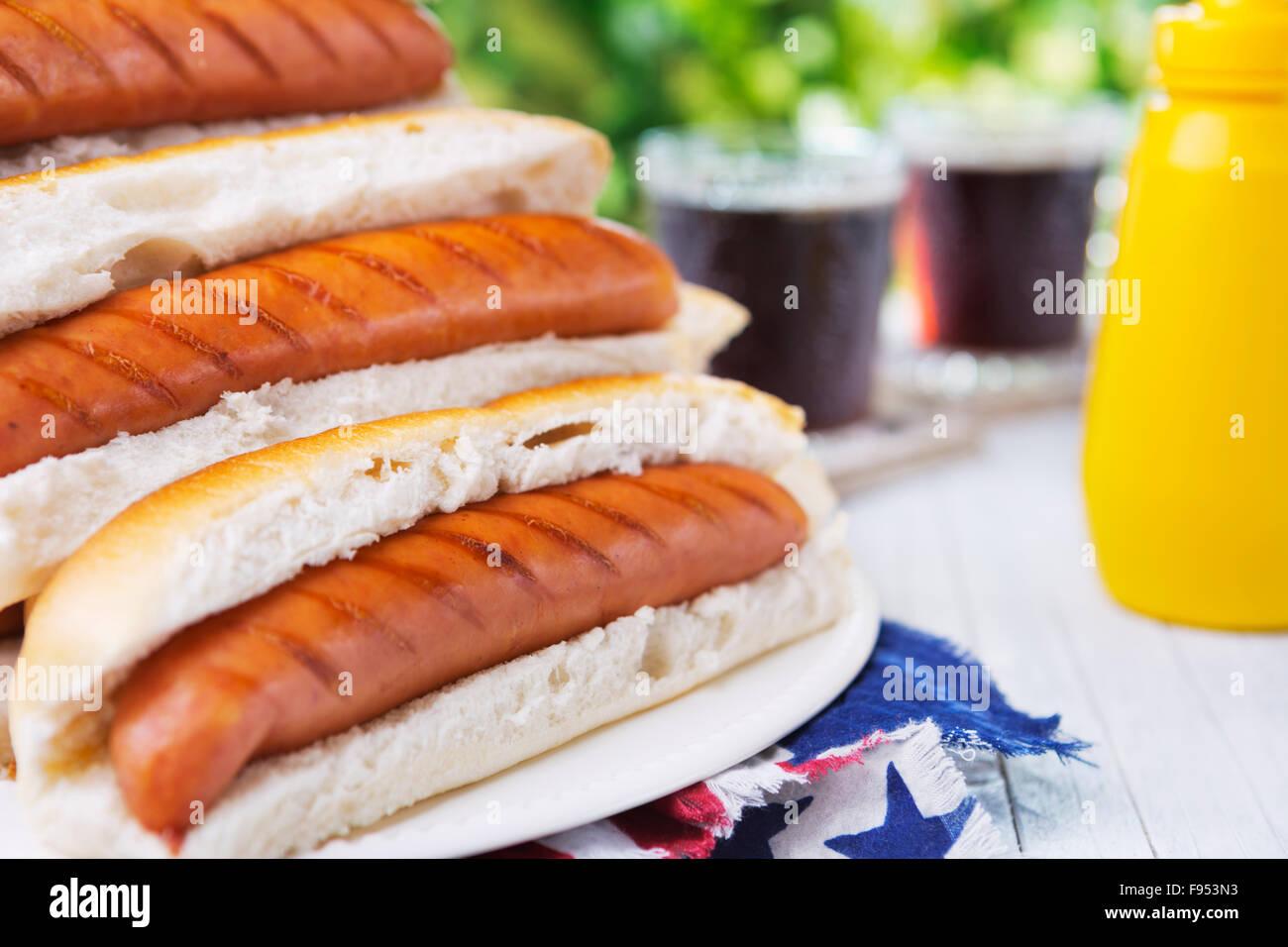 Gustosi piatti caldi cani su un tavolo esterno. Immagini Stock