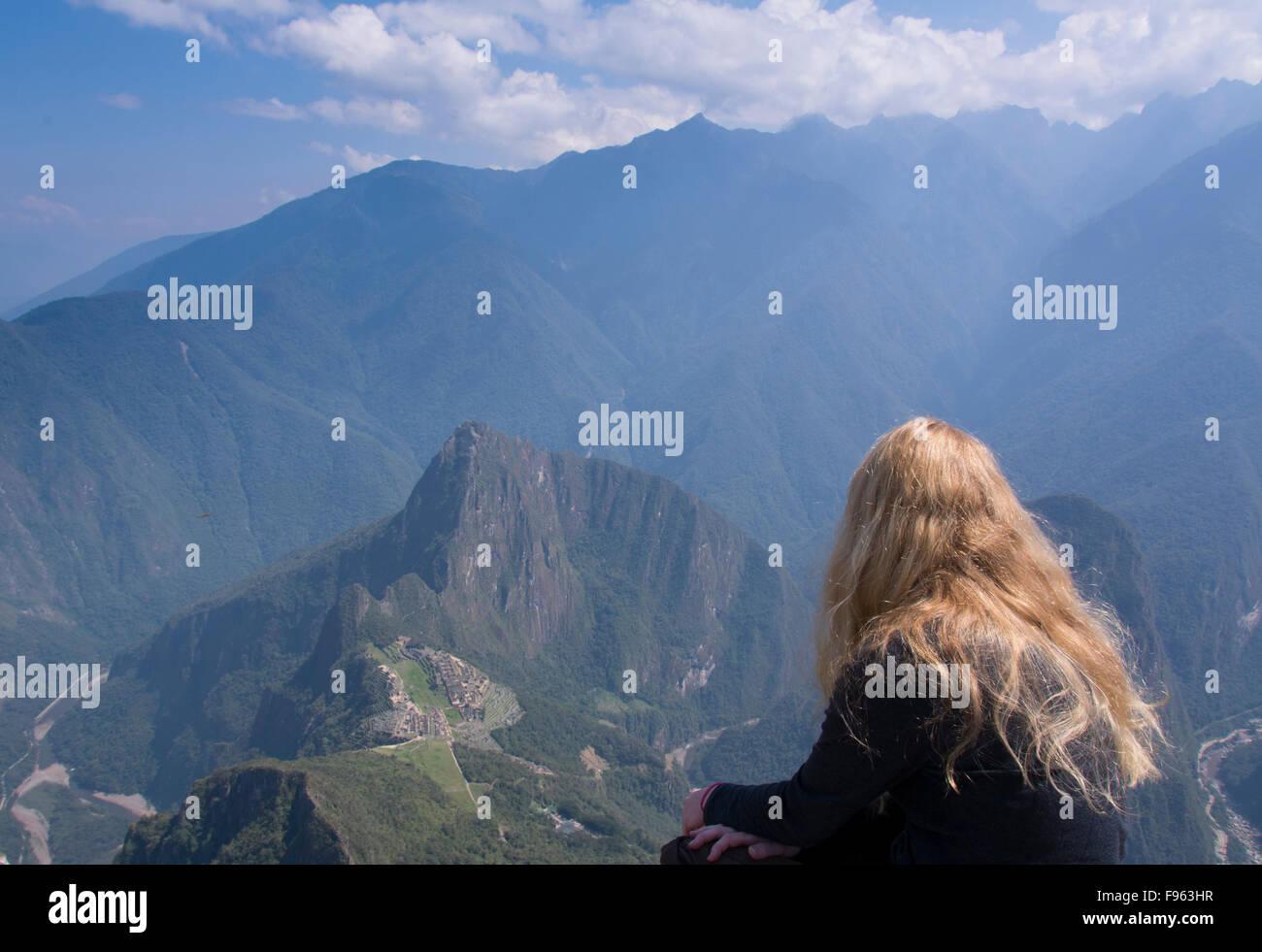I viaggiatori in alto punto di vantaggio del Montana Machu Picchu, Perù Immagini Stock