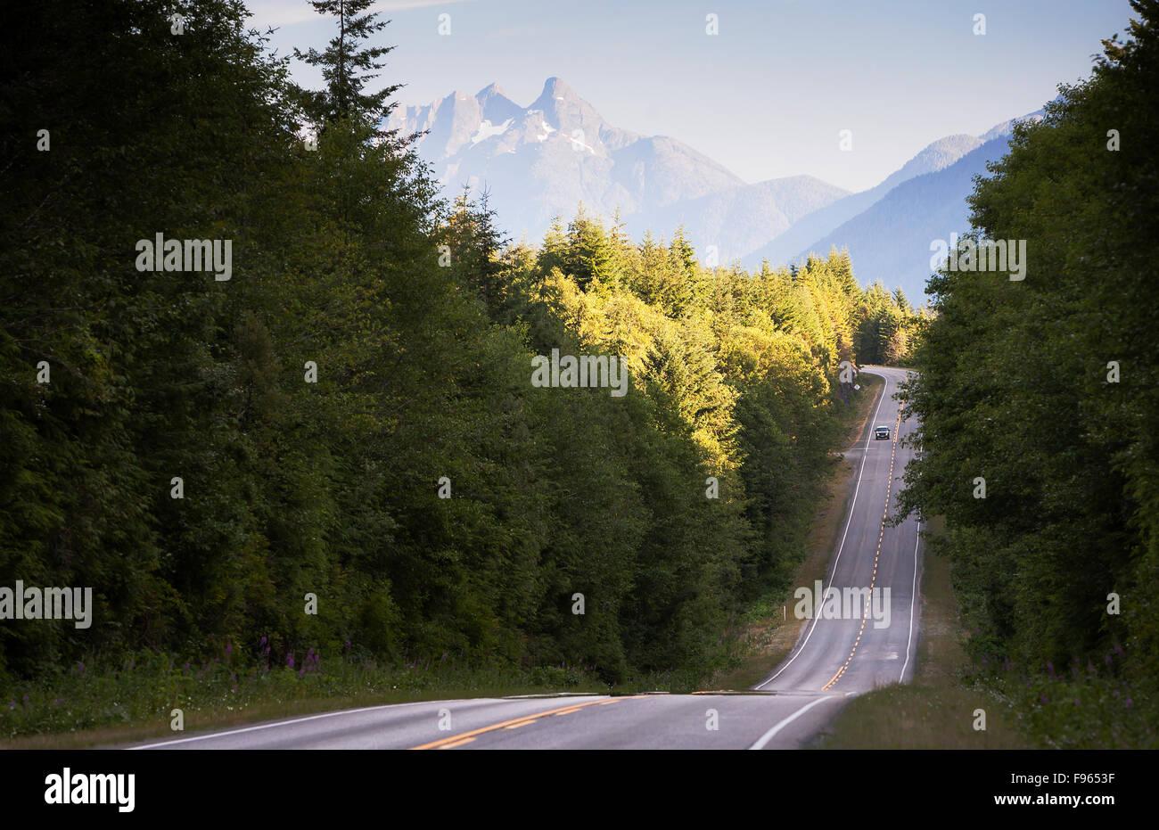 Panorami di montagna lungo la hwy 19 a nord di Woss, prima Nimpkish Lago Immagini Stock