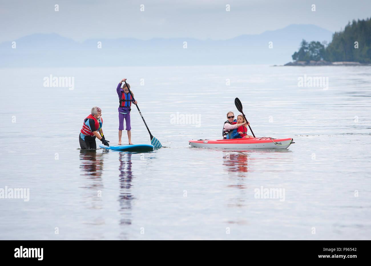 Tre generazioni di donne godetevi sport acquatici presso la spiaggia di storie vicino a Port Hardy. Foto Stock