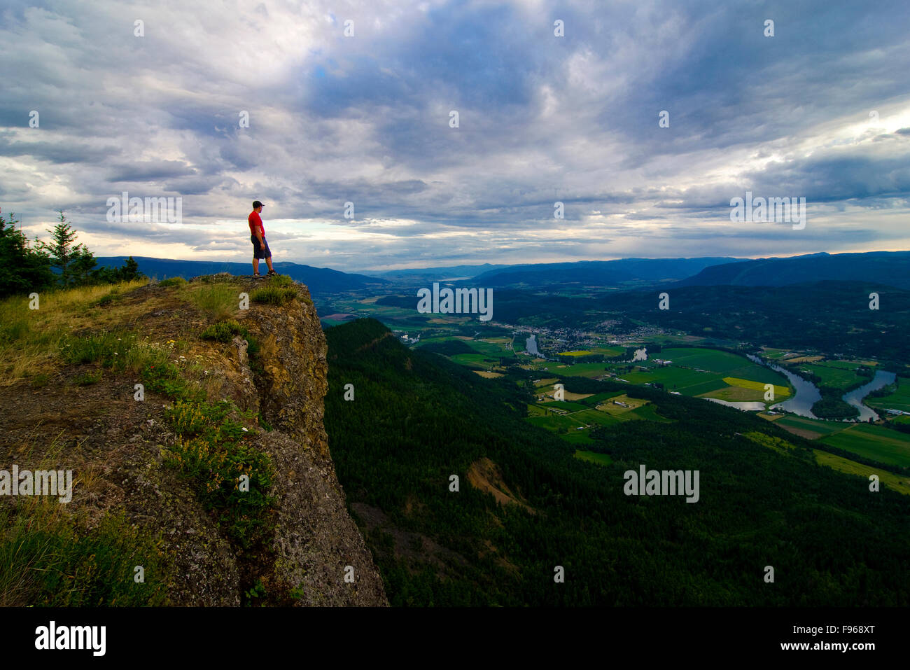 Escursionista si compiace nella vista dopo un impegnativo ma gratificante escursione alla sommità del Enderby Immagini Stock