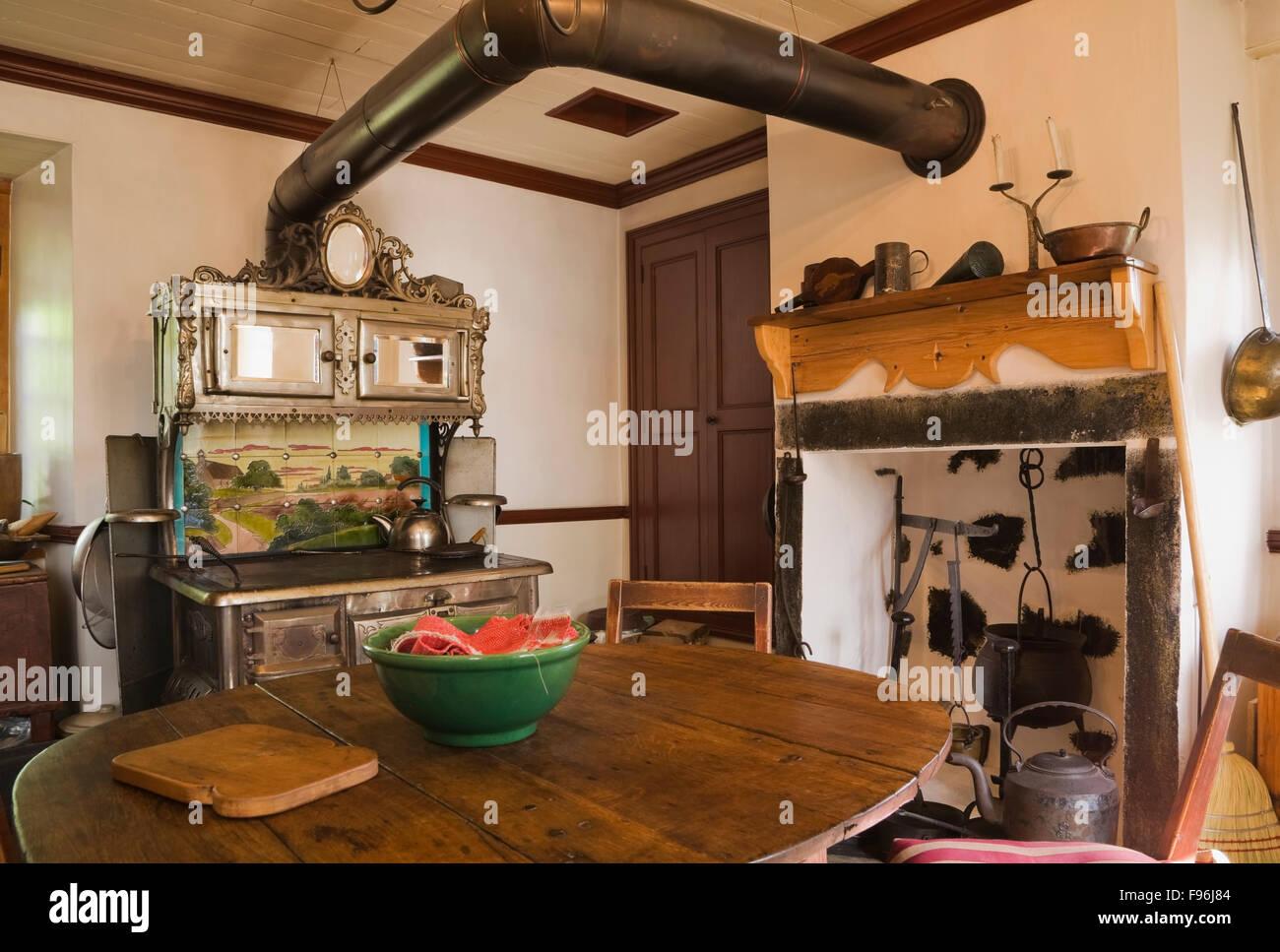 Tavoli Da Pranzo Antichi : Camera con cucina con mobili antichi di ghisa chapleau stufa e