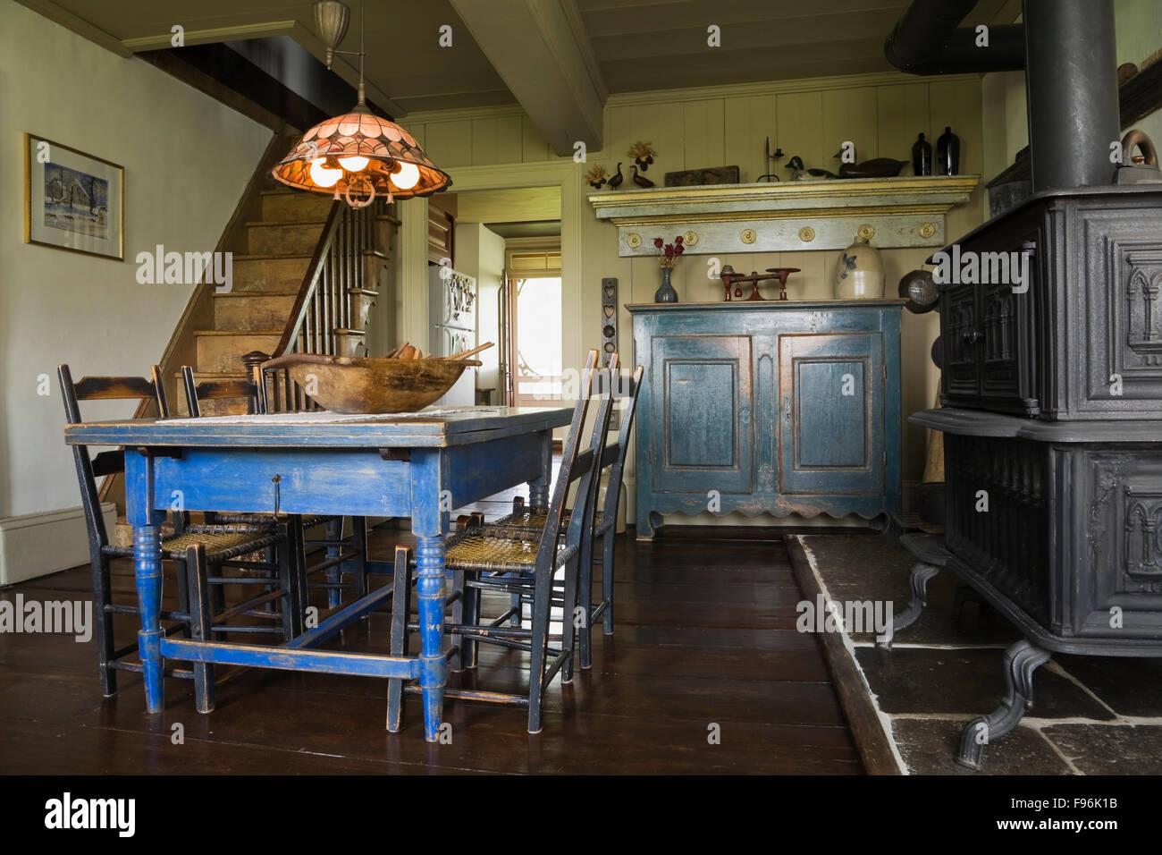 Blu vecchi dipinti antichi in legno tavolo da pranzo e sedie con il ...