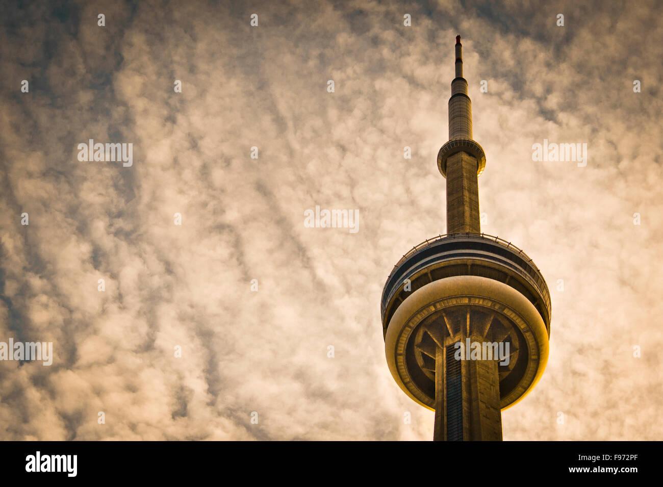La CN Tower e cielo molto nuvoloso Immagini Stock