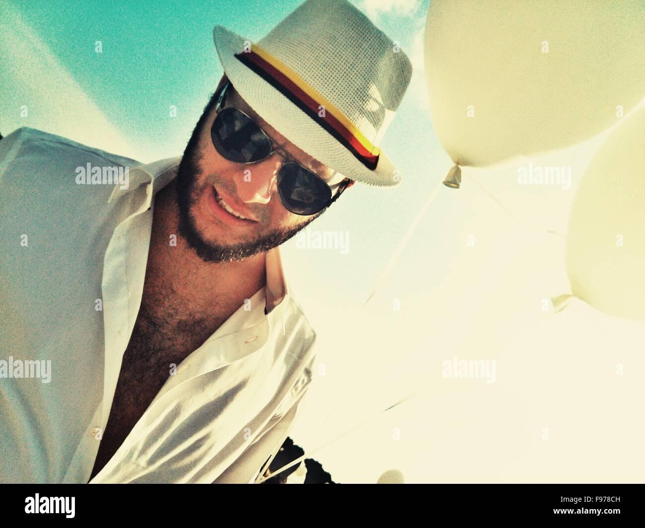 Moda uomo che indossa gli occhiali da sole e cappello Immagini Stock