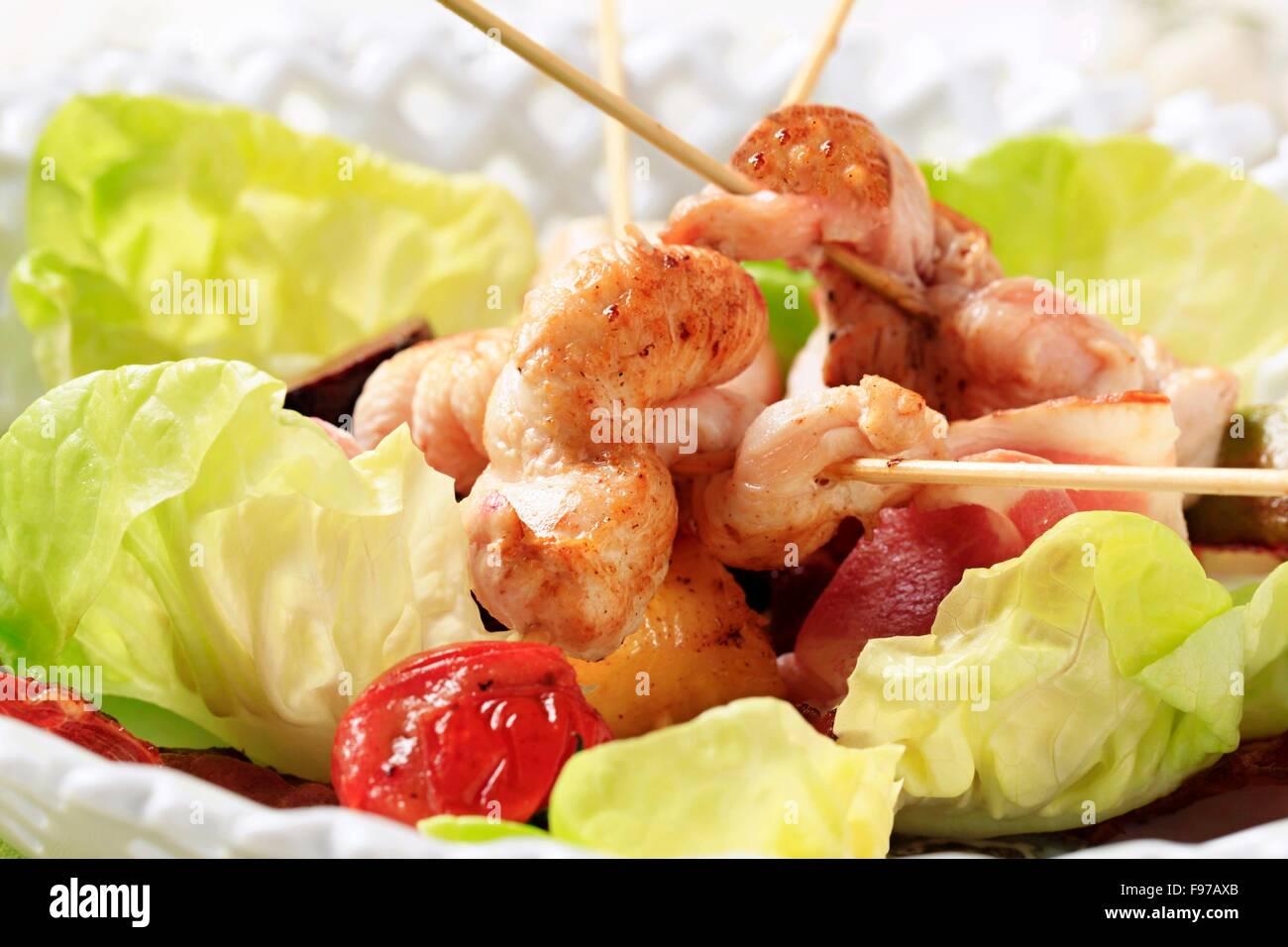 Pollo satay con prosciutto e lattuga Immagini Stock