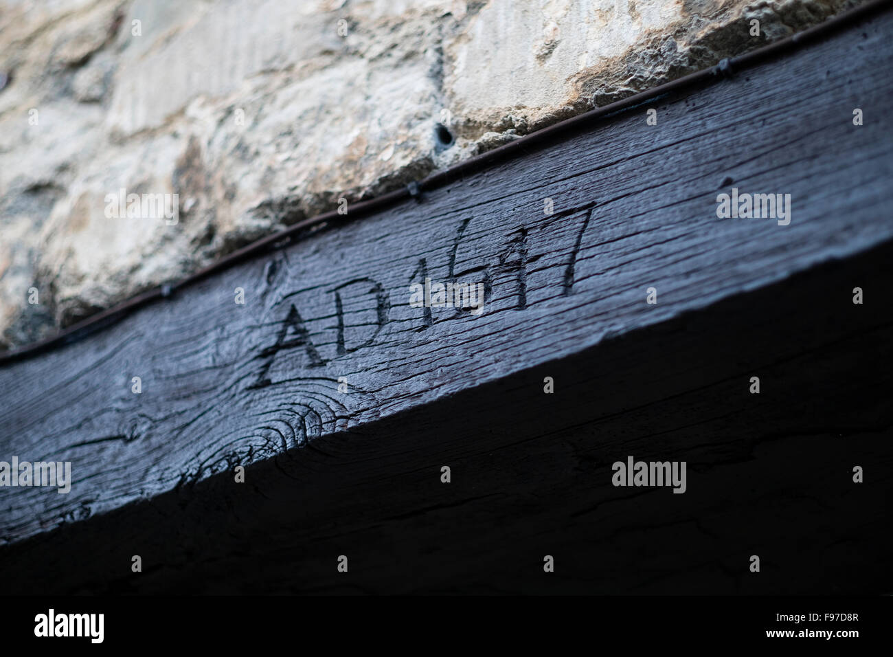 L'anno della data di annuncio 1647 intagliato in un telaio di porta di un vecchio edificio storico a Cirencester, Immagini Stock