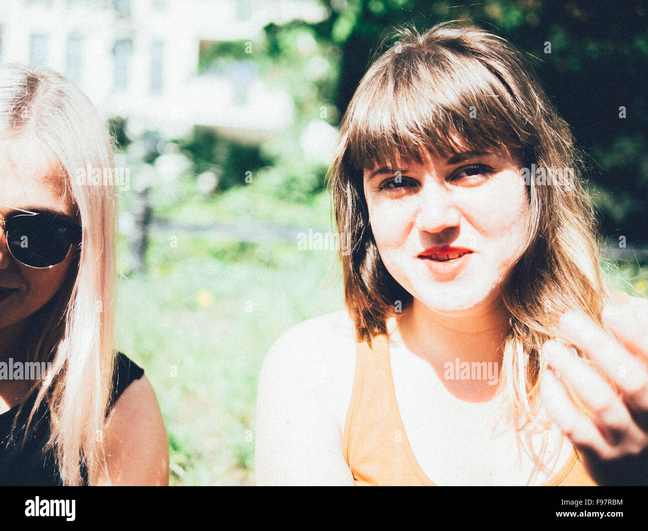 Ritratto di sorridente giovane donna con un amico Immagini Stock