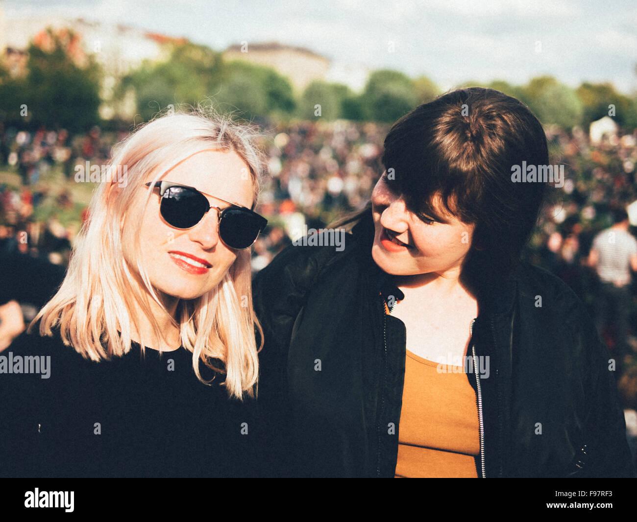 Ritratto di donna giovane e bellissima con un amico in posizione di parcheggio Immagini Stock