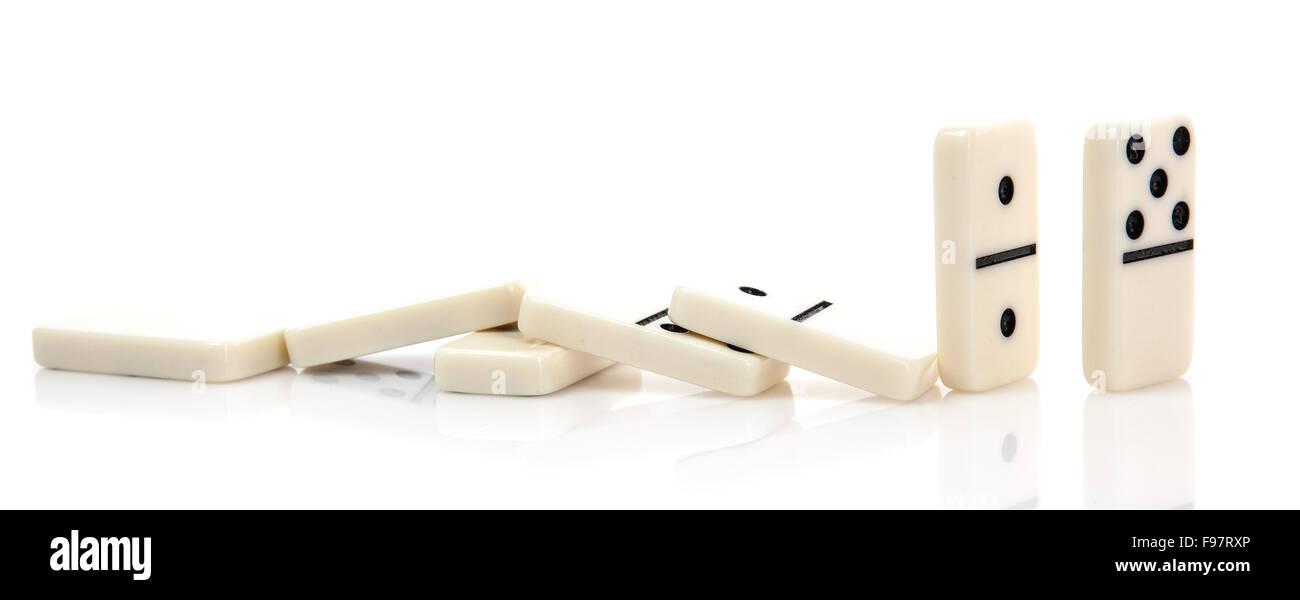 Effetto domino - Fila di domino di bianco su sfondo bianco Immagini Stock