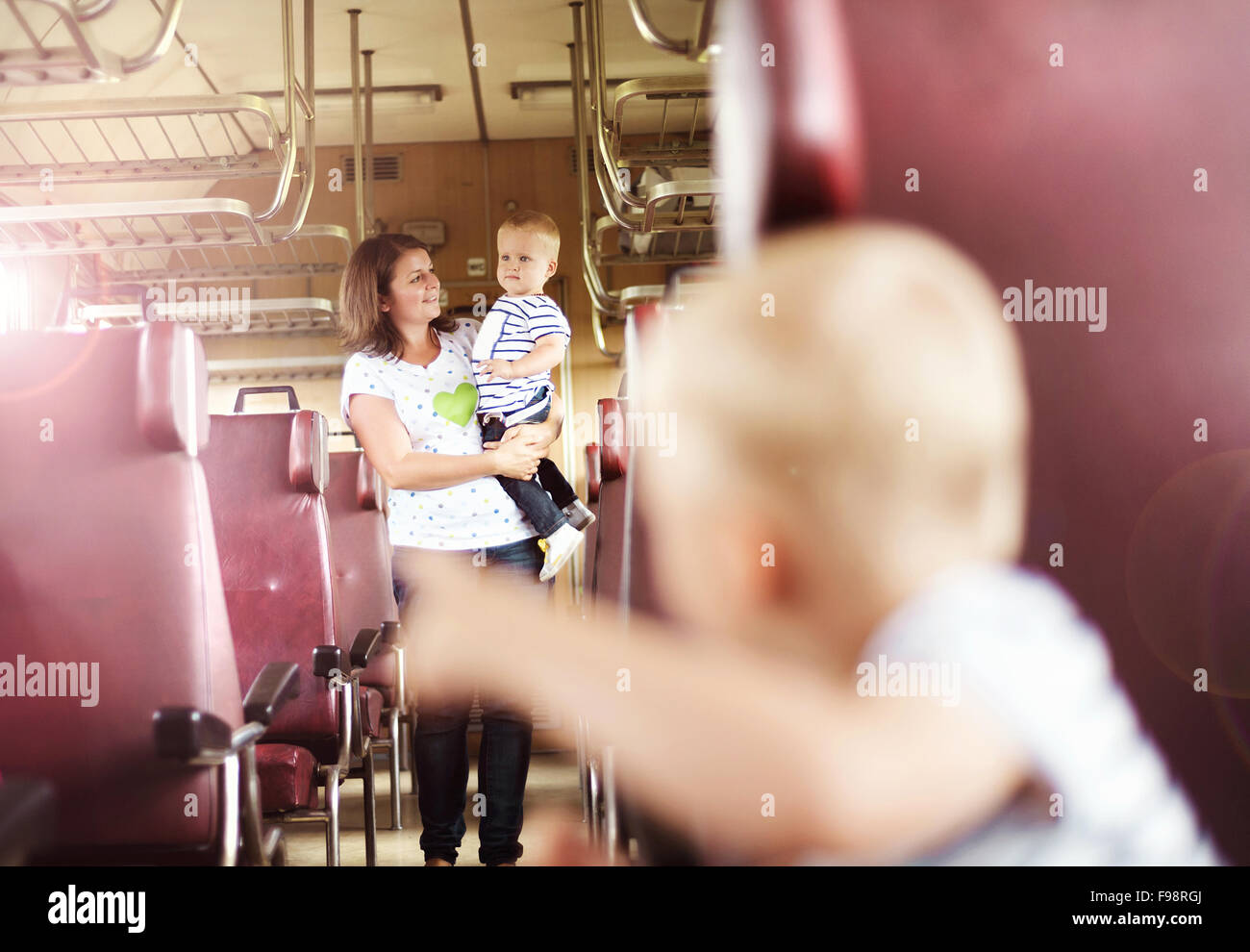 Famiglia con due bambini viaggiano in treno retrò. Foto Stock