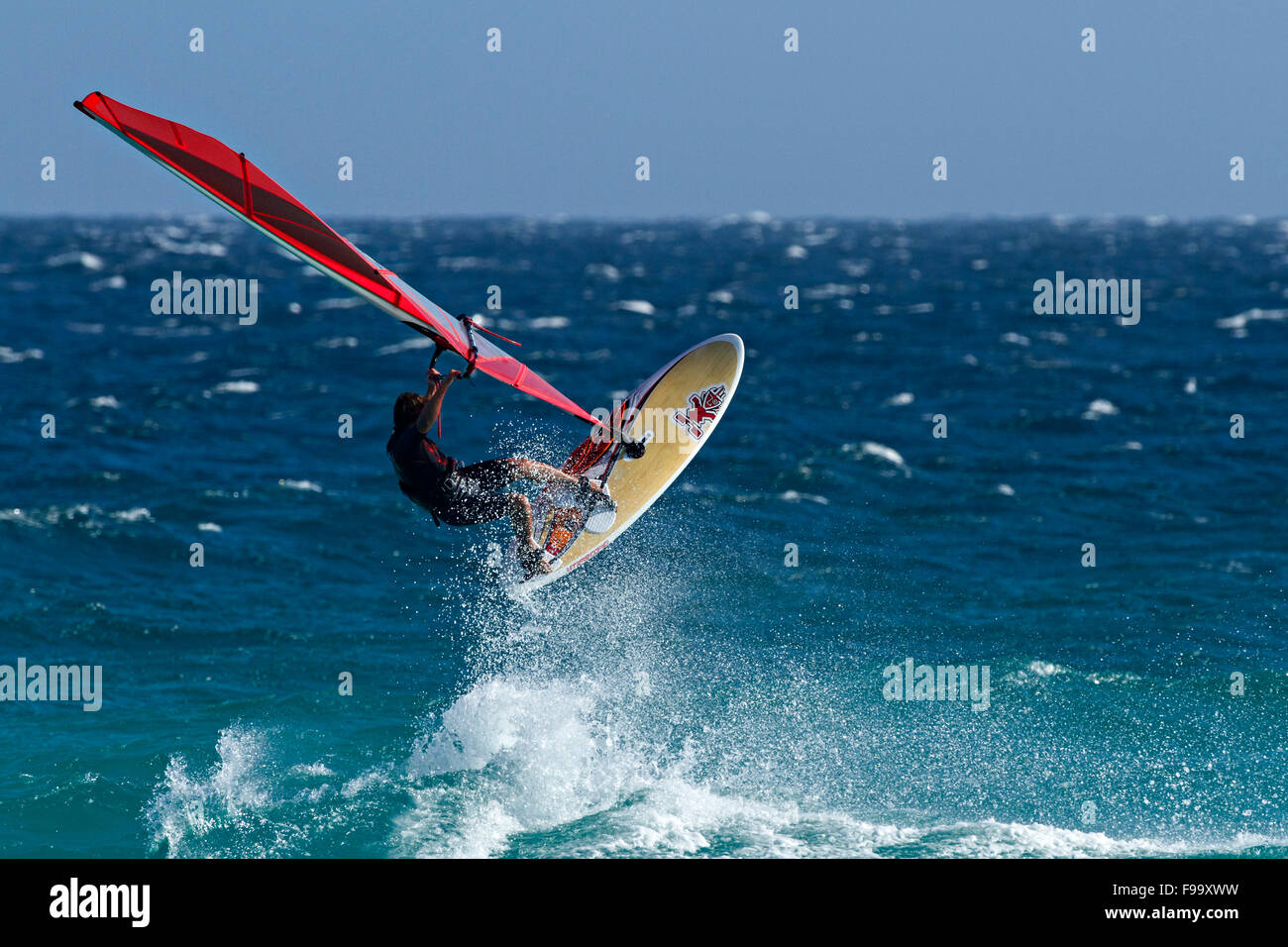 Wind Surfer wave jumping, Esperance, Western Australia. Immagini Stock