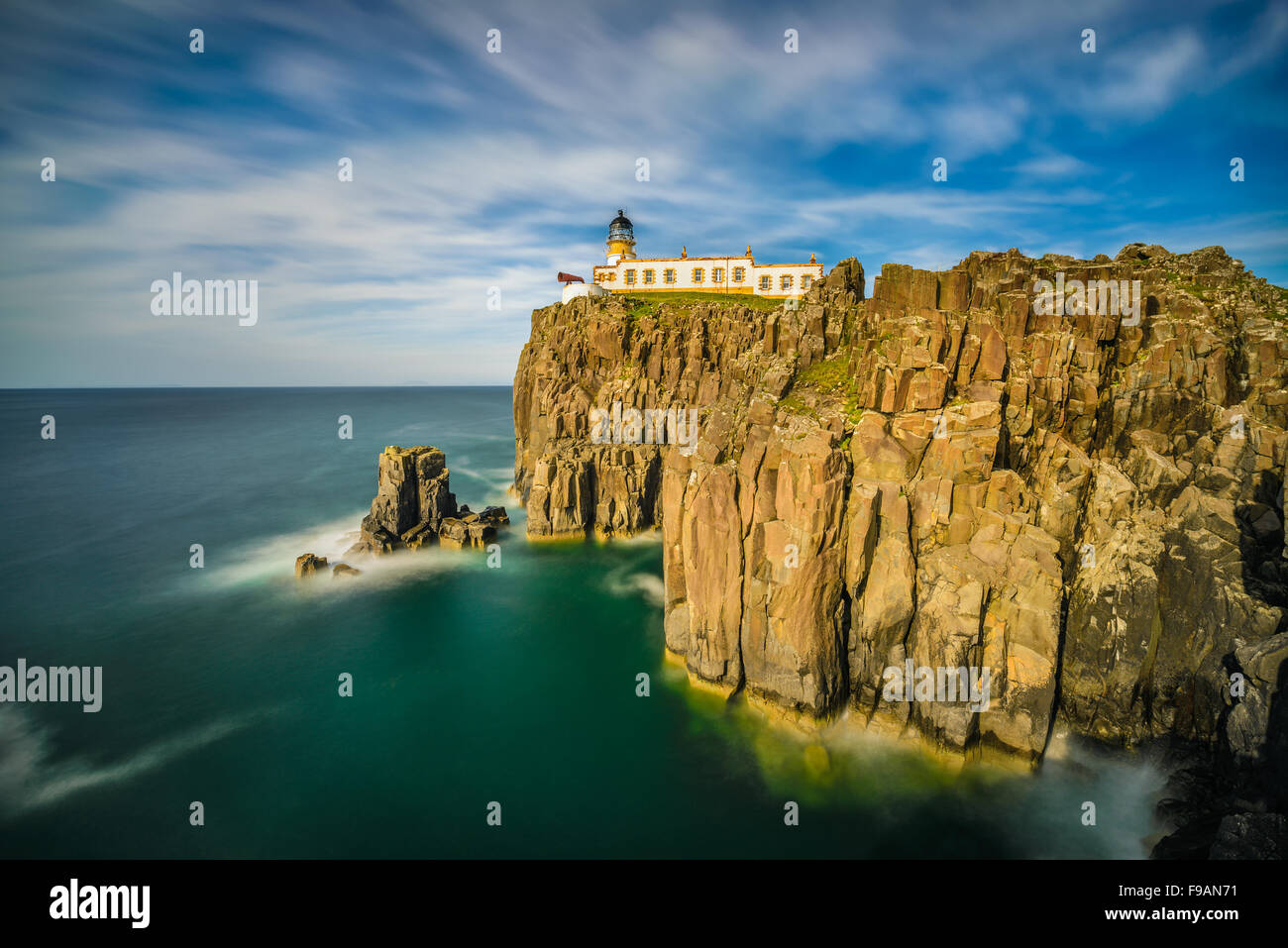 Neist Point lighthouse all isola di Skye, Highlands scozzesi, Regno Unito. Esposizione lunga Immagini Stock