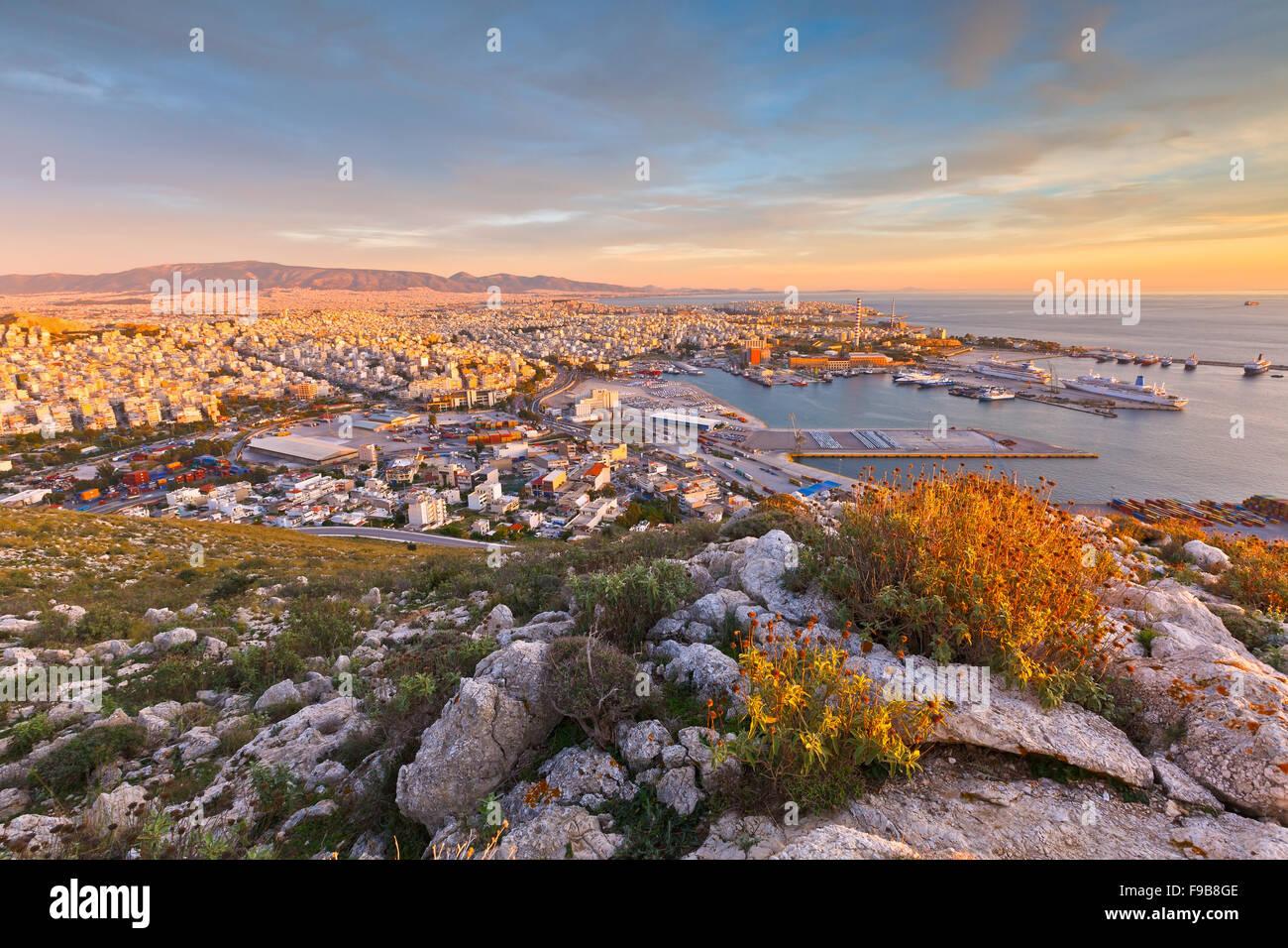 Vista del porto del Pireo ad Atene dal sulle colline ai piedi delle montagne Aegaleo Immagini Stock