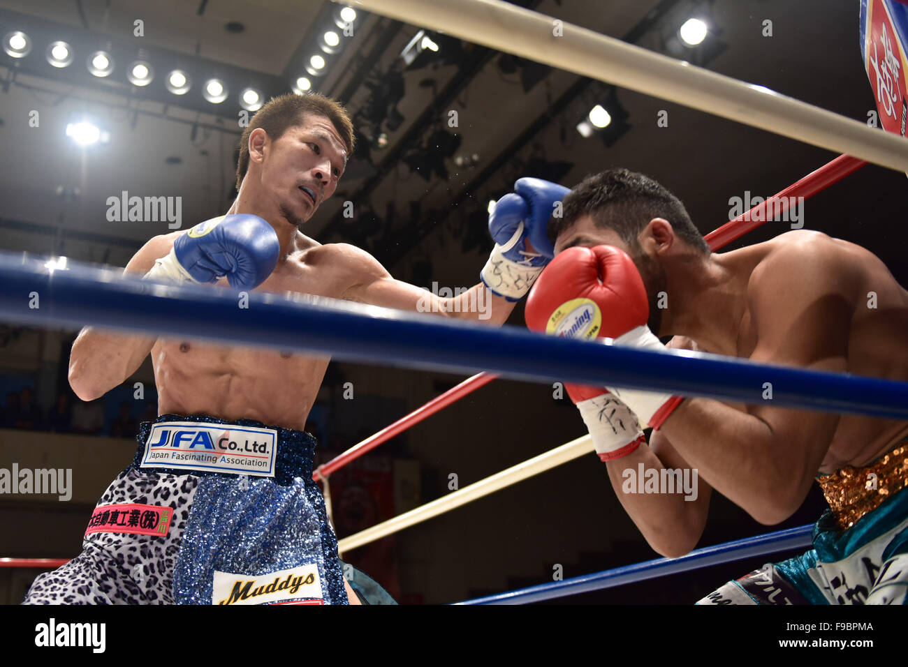 Tokyo, Giappone. Xiv Dic, 2015. (L-R) Kenichi Ogawa, Rikki Naito Boxe : Kenichi Ogawa del Giappone in azione contro Immagini Stock