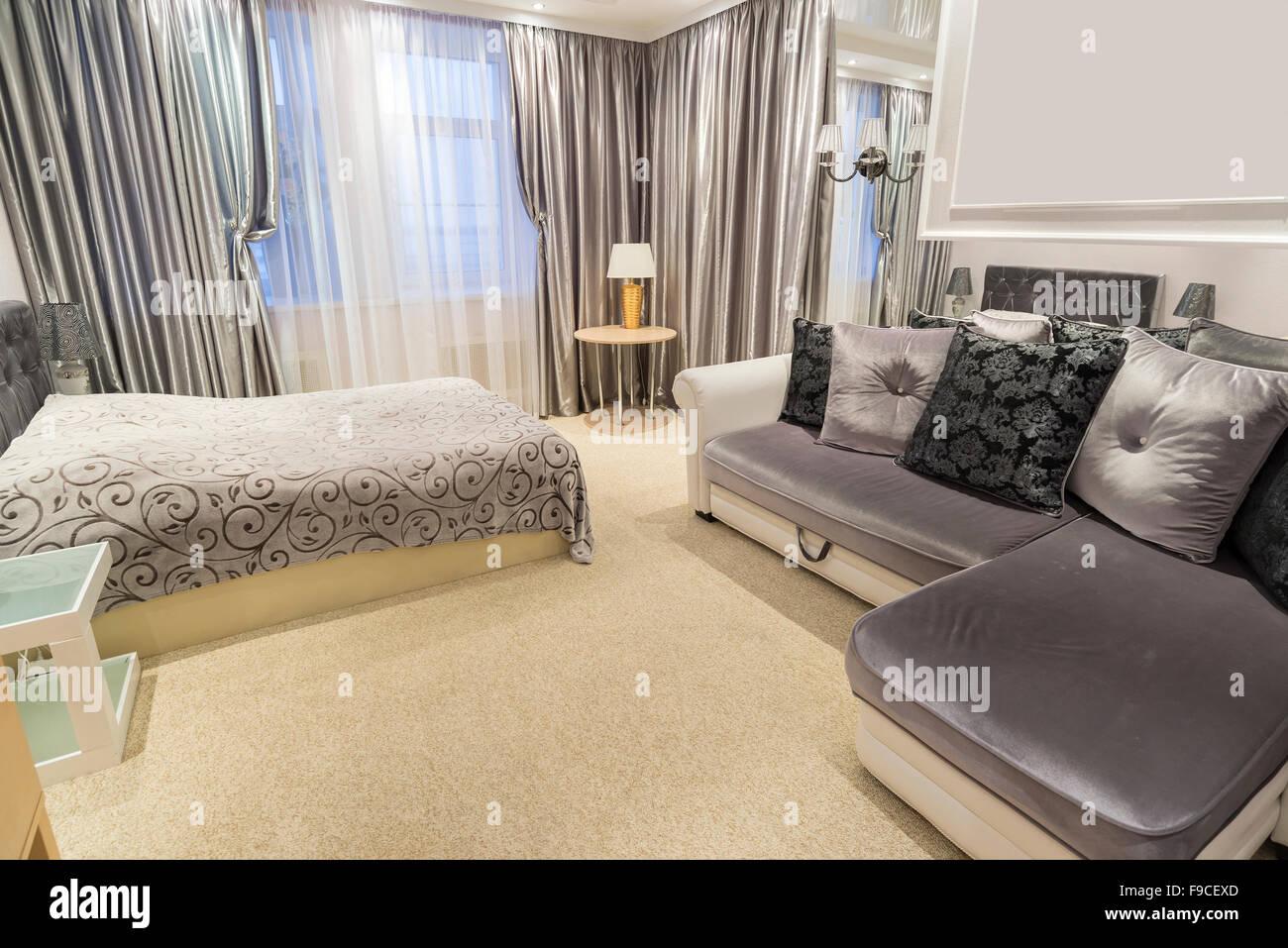 Camera Da Letto Con Divano : L interno della camera da letto con un letto matrimoniale e divano