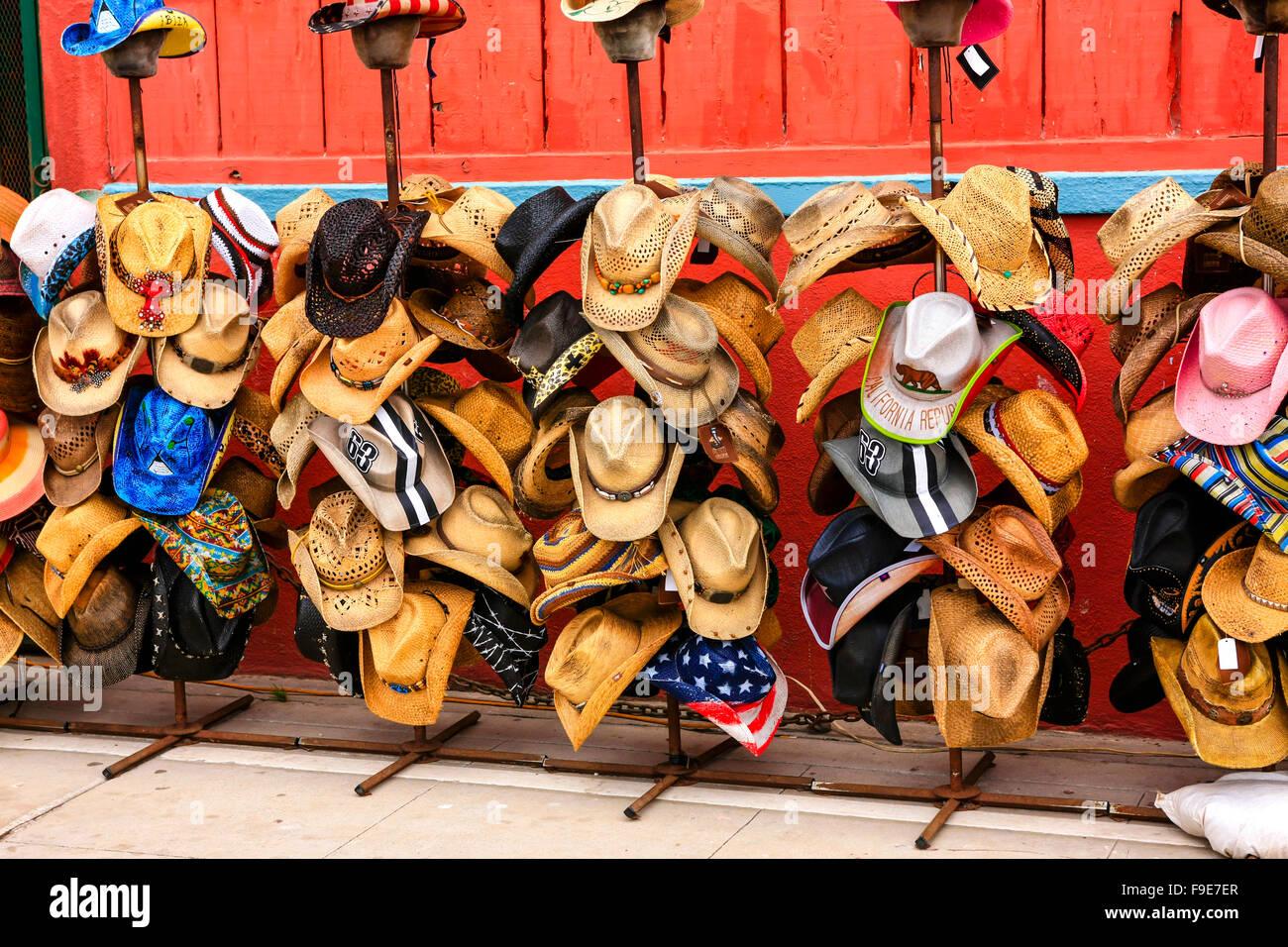 Diverse forme e stili di cappelli da cowboy in vendita presso un negozio di  Venice a1f6297ca2c1