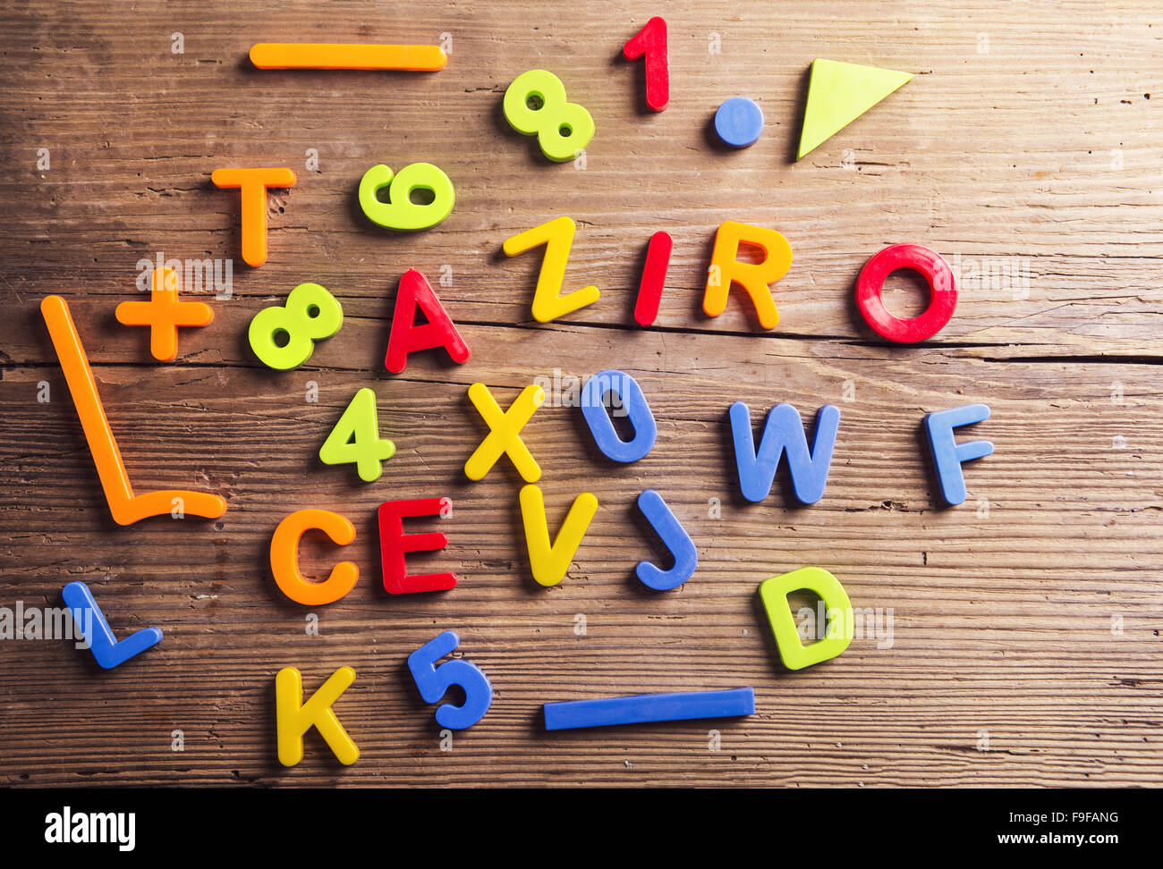 Lettere Di Legno Colorate : In plastica colorata lettere e numeri di cui su sfondo di legno
