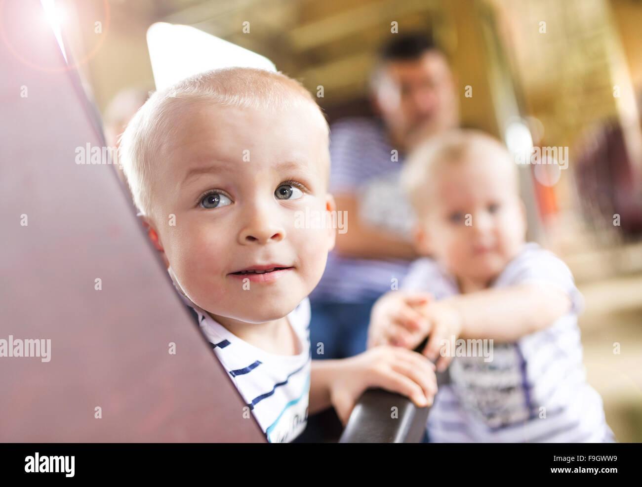 Famiglia con due bambini che viaggiano in treno. Foto Stock