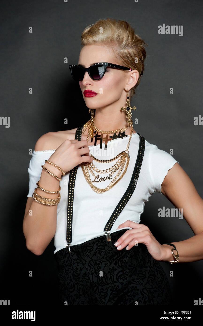 Stupendo giovane donna bionda che indossa un top bianco e nero alla moda  Pantaloncini con bretelle 84f5f0a9848a