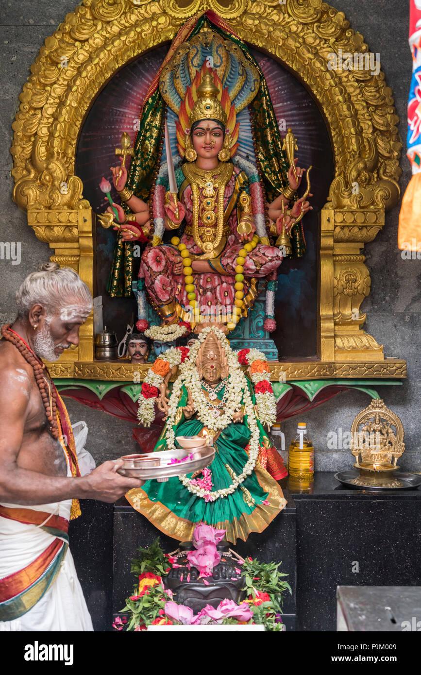 Divinità indù e sacerdote, Sri Veeramakaliamman tempio indù, a Singapore, in Asia Immagini Stock