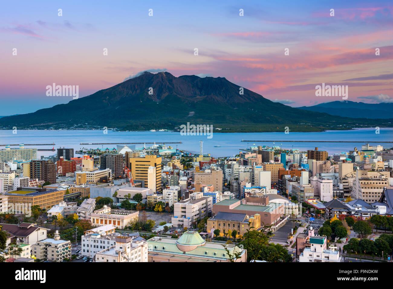 Kagoshima, Giappone skyline della città con il vulcano Sakurajima. Immagini Stock