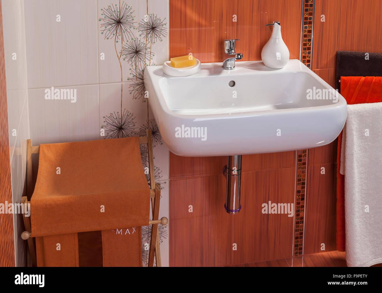 Dettaglio di un moderno bagno privato interno in arancione con