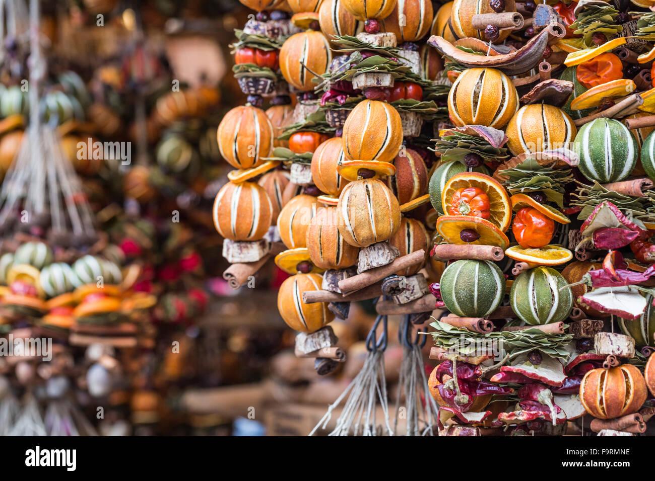 Decorazioni Natalizie Con Frutta Secca.Le Decorazioni Di Natale Fatte Con Frutta Secca Ghirlanda Di Natale Coroncina Per Decorare Albero Di Natale Fatta In Casa Decorazioni Venduto Foto Stock Alamy