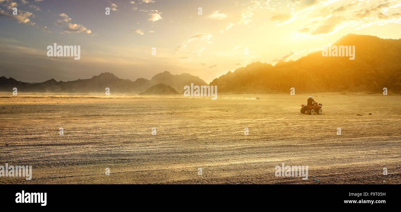 Campo di sabbia nel deserto d'Egitto al tramonto Immagini Stock