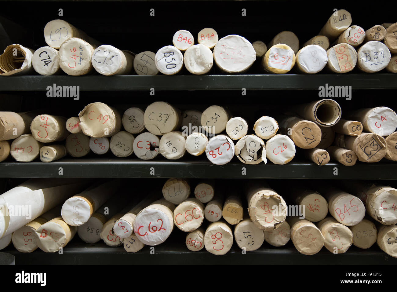 Mappe memorizzate in tubi di cartone in un archivio di record Immagini Stock