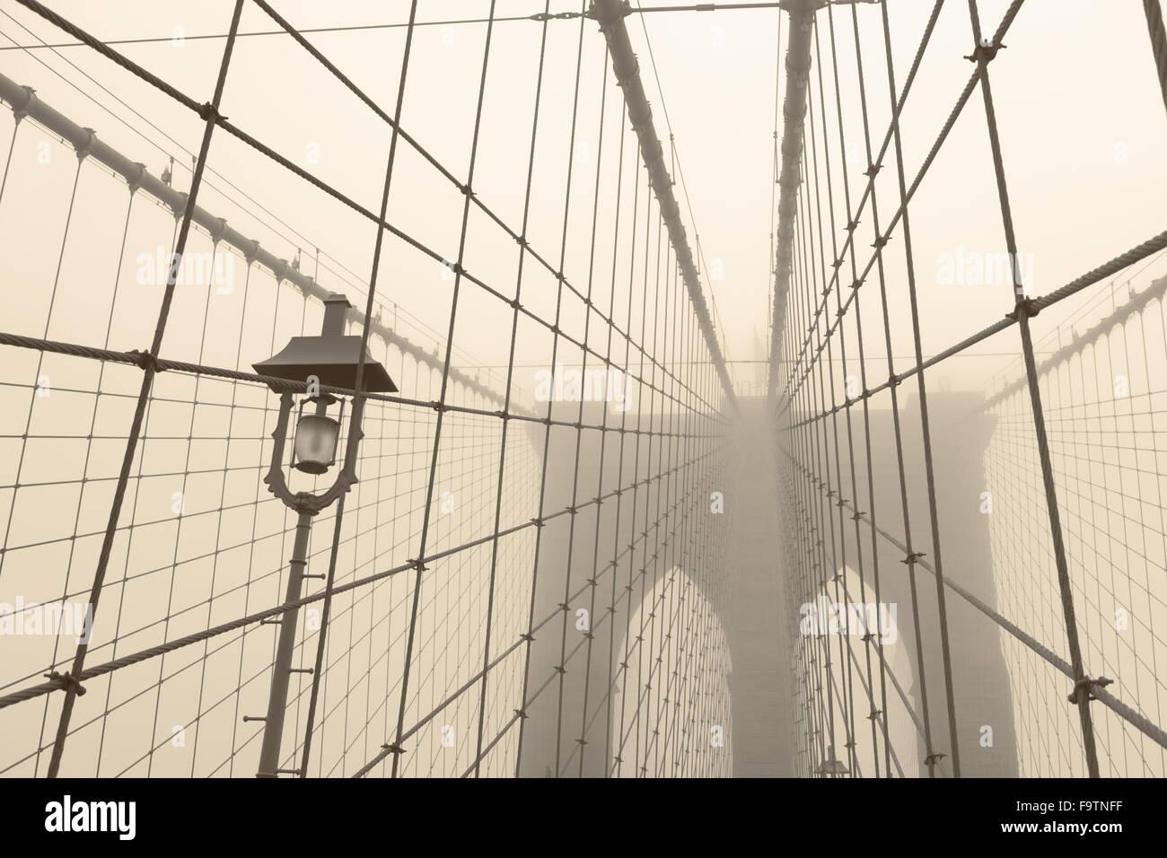 Ponte di Brooklyn in un giorno di nebbia Immagini Stock