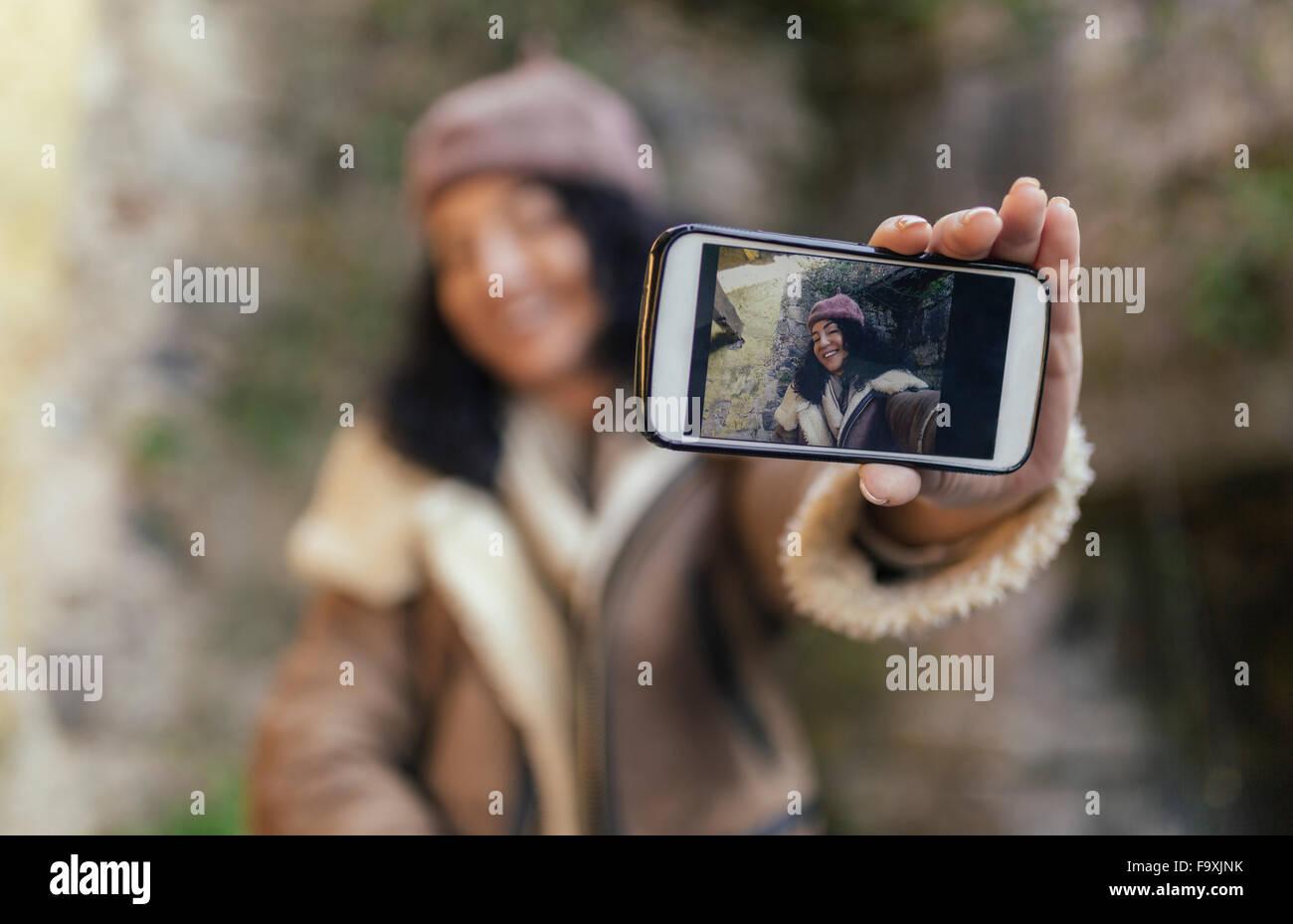 Selfie di donna sorridente sul display dello smartphone Immagini Stock