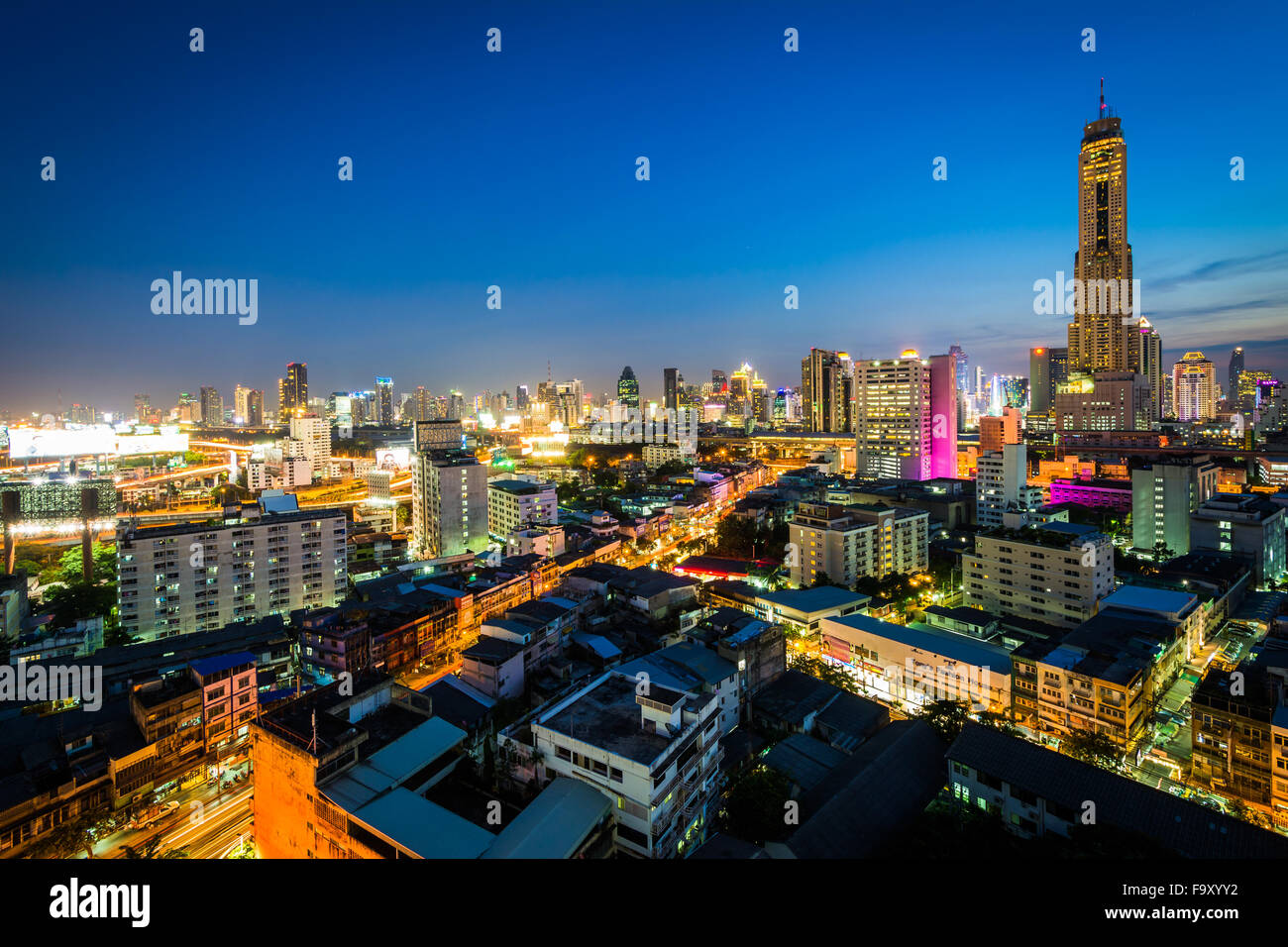 Vista del quartiere Ratchathewi al crepuscolo, a Bangkok, in Thailandia. Immagini Stock