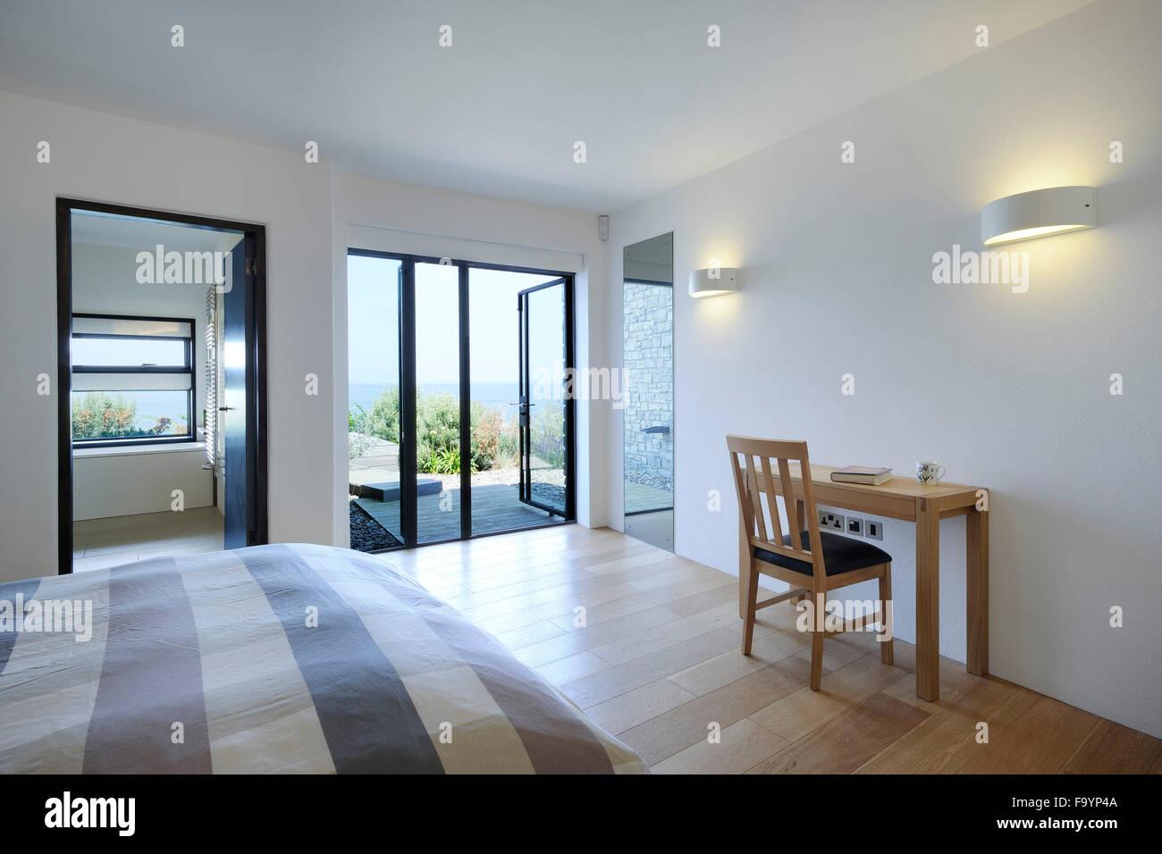 Divisori In Legno Per Interni gli spazi interni di una casa moderna sulla scogliera che si