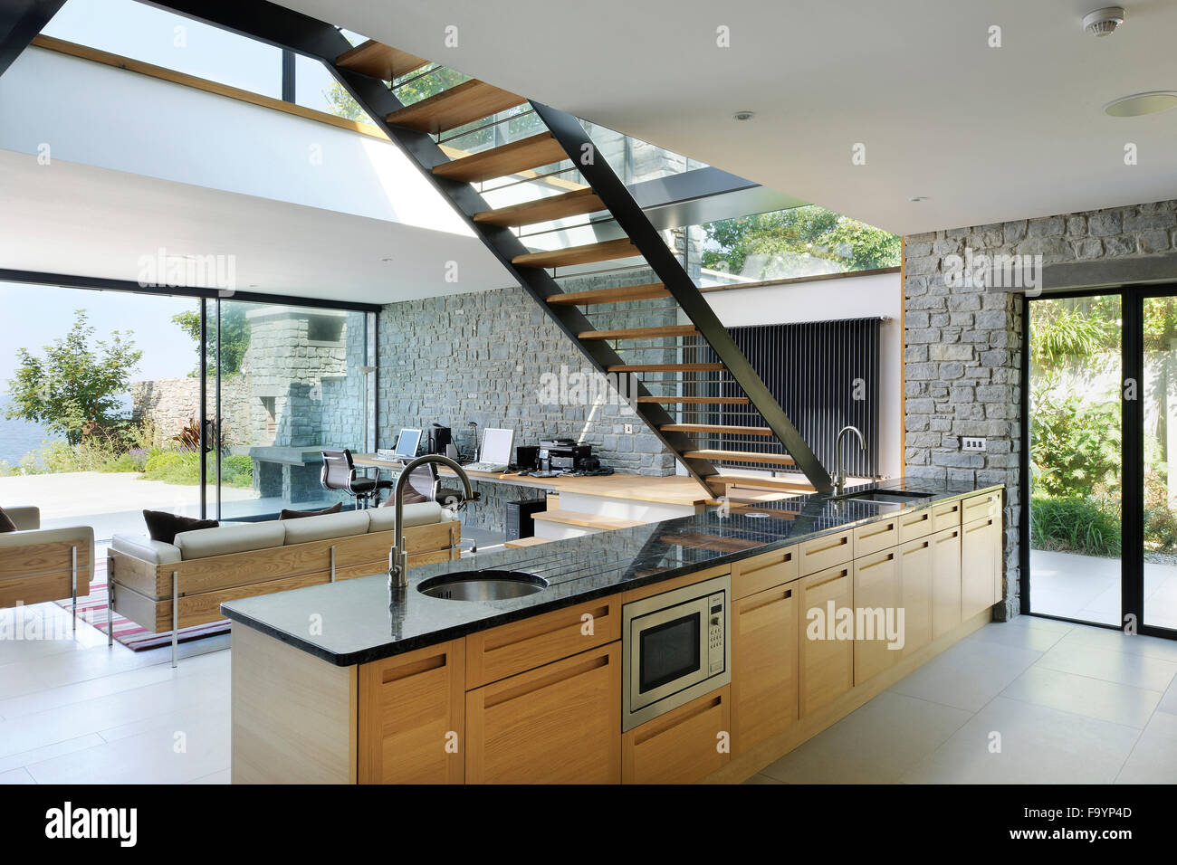Gli spazi interni di una casa moderna sulla scogliera che for Interni casa moderna