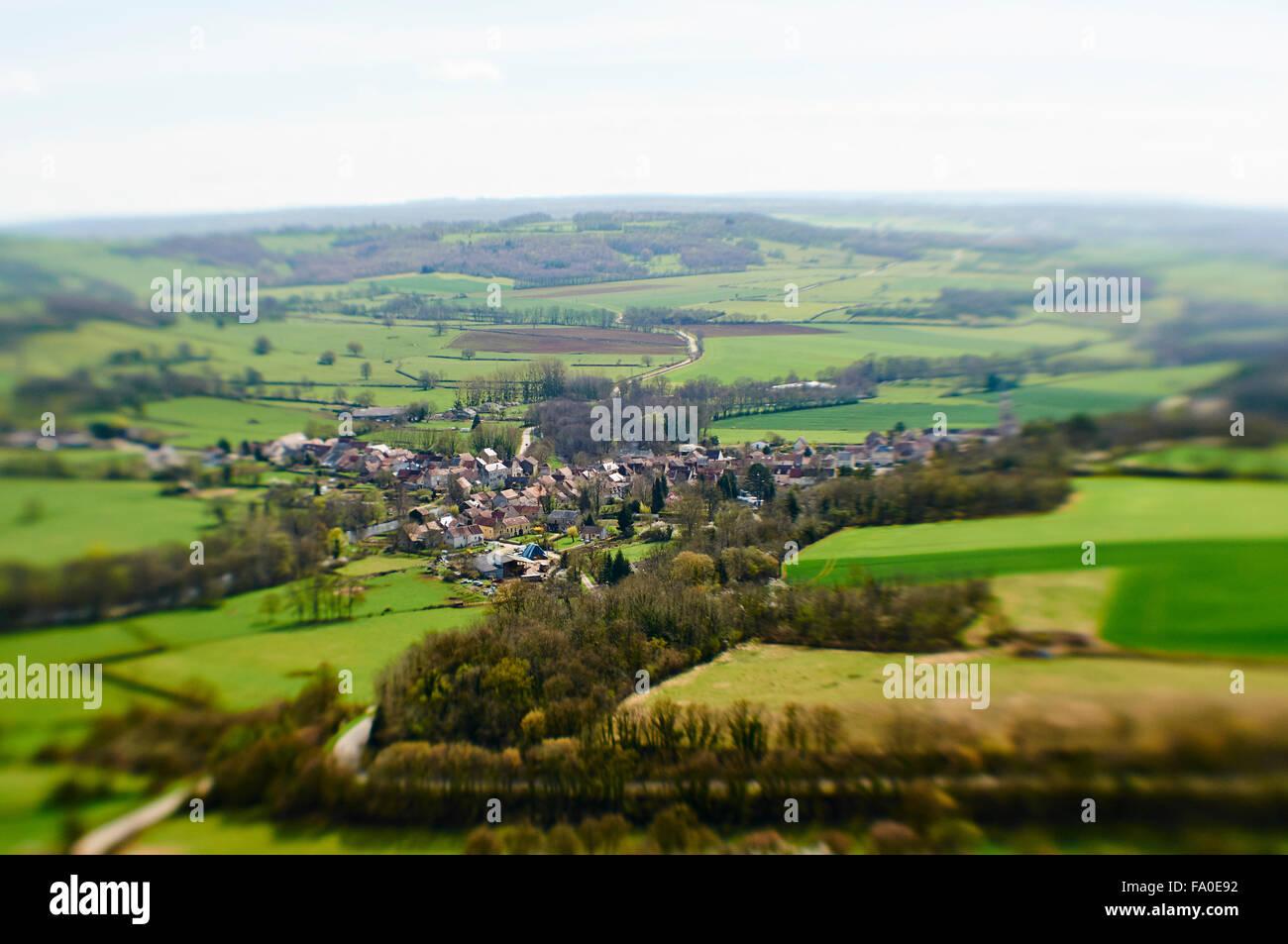 Villaggio di Saint-Père in Francia ( Borgogna) con tilt-shift effetto. Immagini Stock