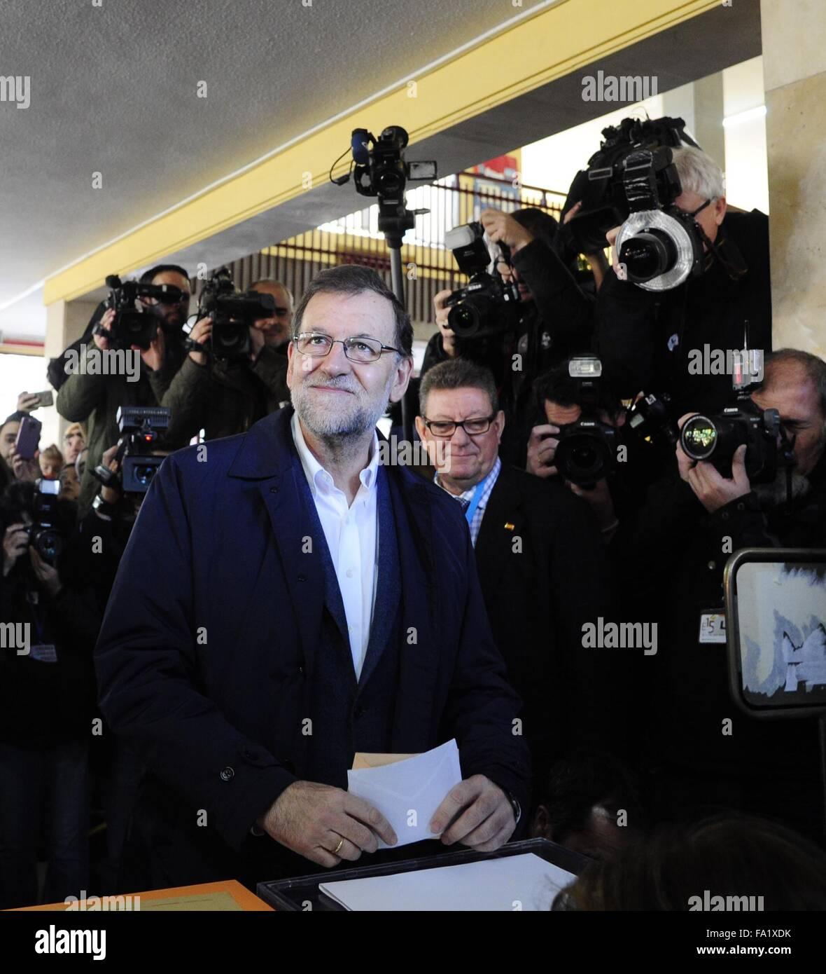 Madrid, Spagna. Xx Dec, 2015. Il Primo ministro spagnolo e leader del Partito popolare Mariano Rajoy getta il suo Immagini Stock