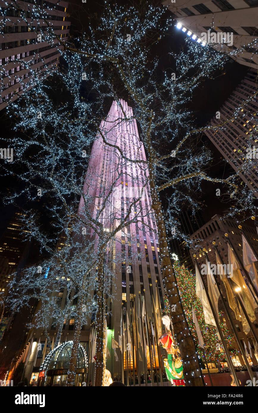 Vacanze inverno luci e decorazioni di Natale al Rockefeller Plazza con il Rockefeller Center, Midtown Manhattan, Immagini Stock