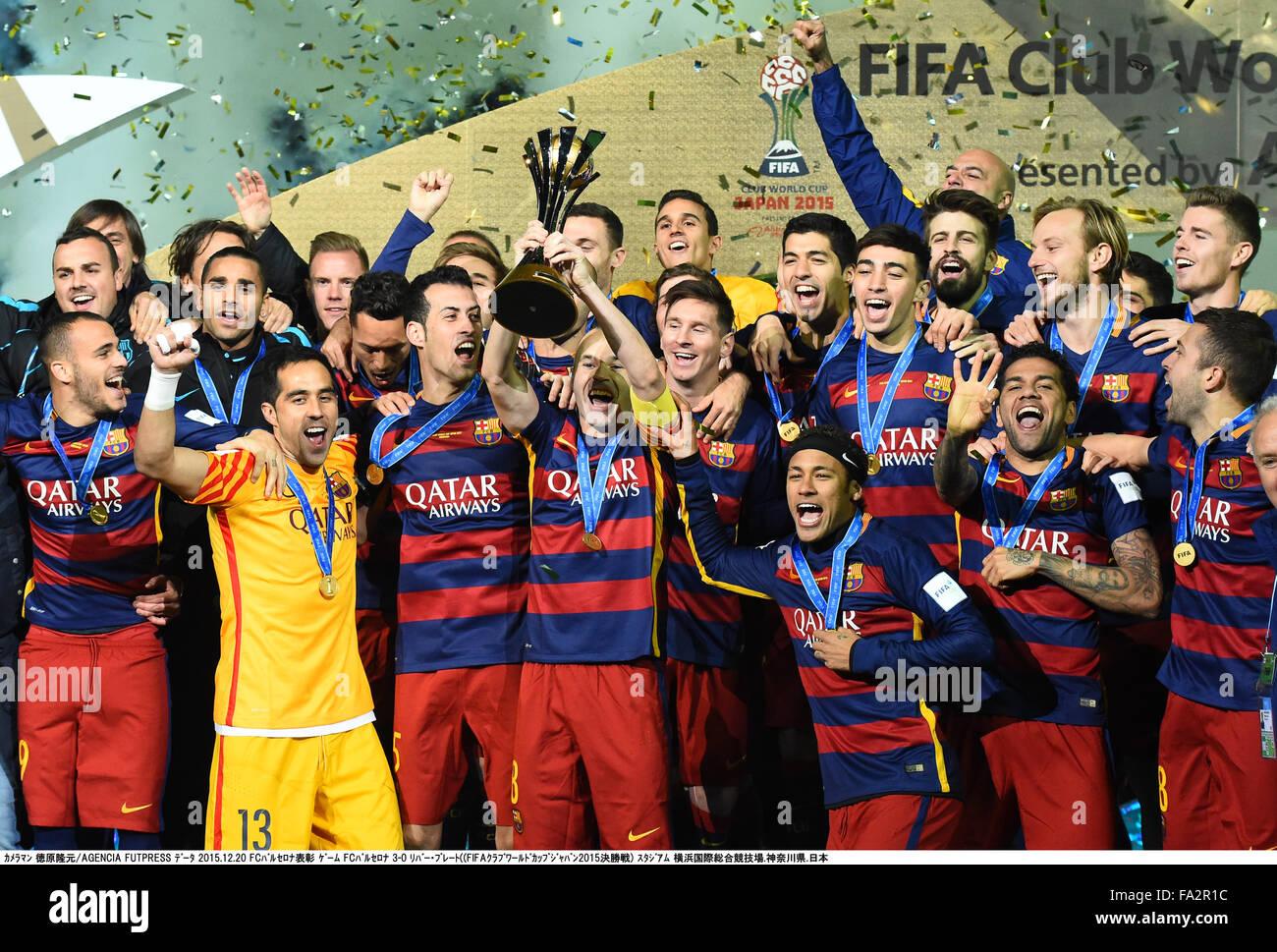 Kanagawa, Giappone. Xx Dec, 2015. Barcellona gruppo team di calcetto : Andres Iniesta del Barcellona fino al trofeo Immagini Stock