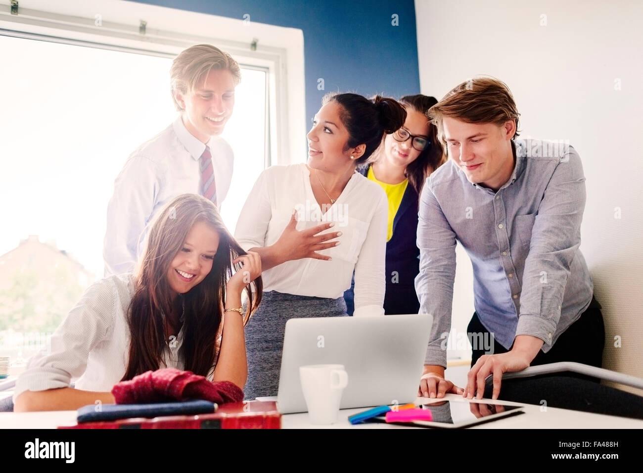 La gente di affari presso la sala conferenze Immagini Stock