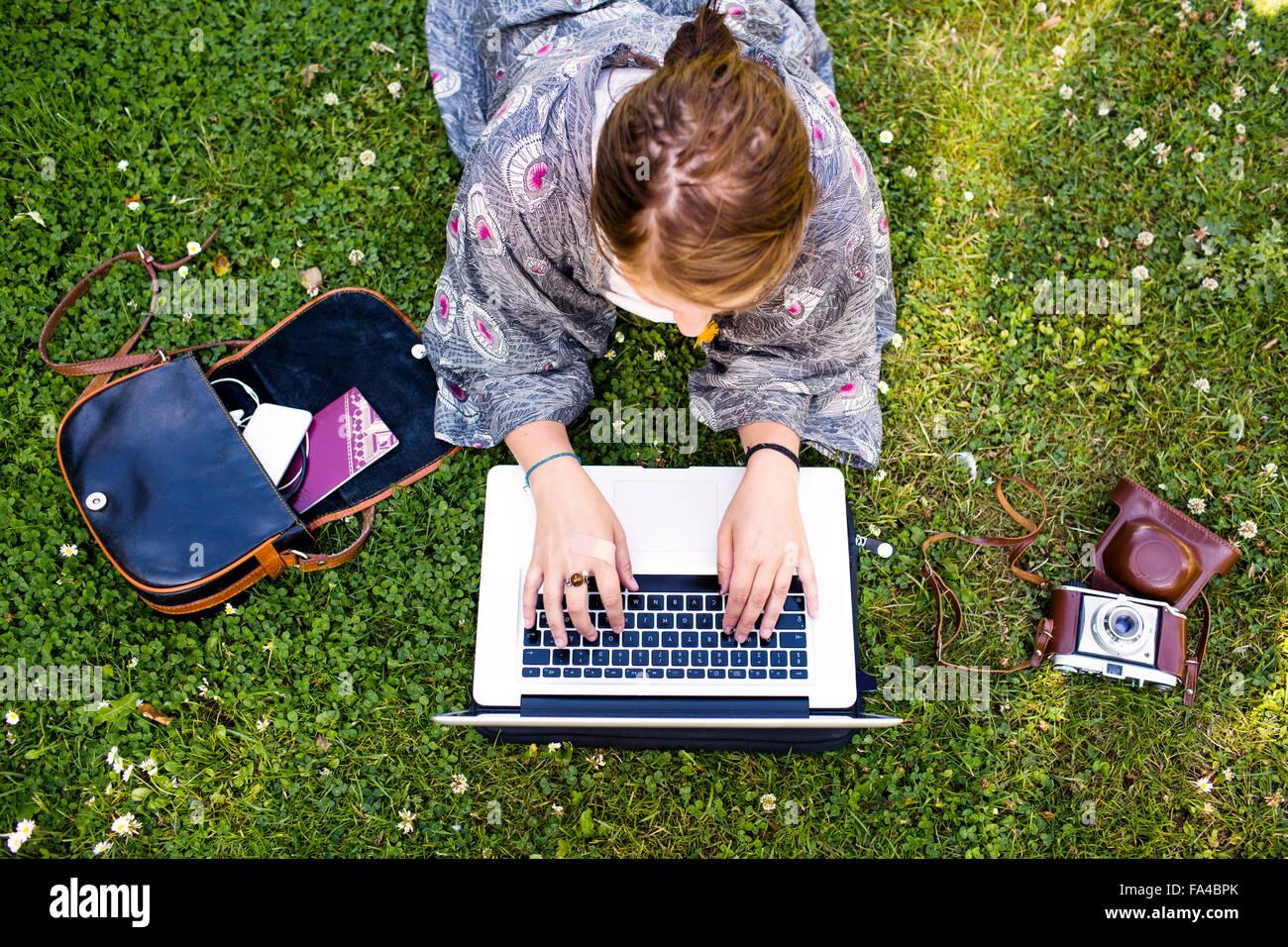 Angolo di Alta Vista del freelancer utilizzando computer portatile presso park Immagini Stock