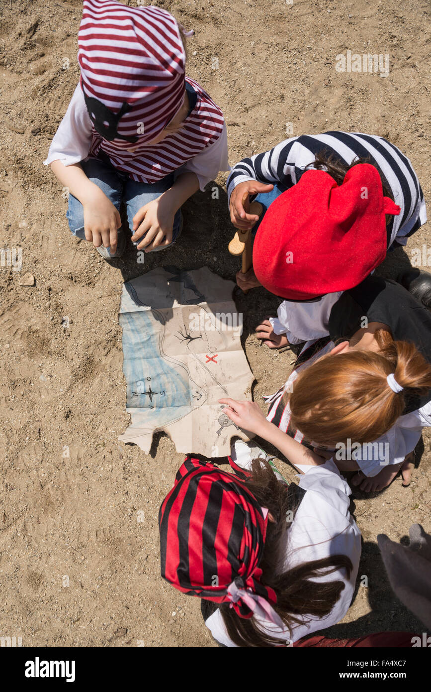 Direttamente sopra il colpo di bambini esaminando un tesoro mappa in un parco giochi avventura, Baviera, Germania Immagini Stock