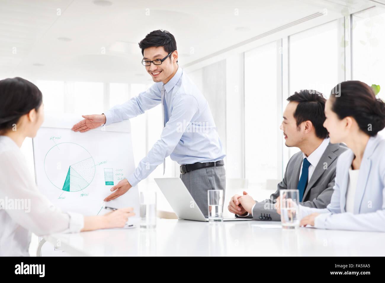 Riunioni di team aziendali in sala conferenze Immagini Stock
